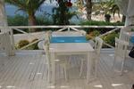 бели дървени столове за плажове