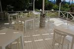 бели дървени столове