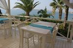 бели дървени столове разнообразни