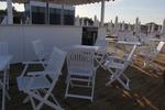 бели дървени столове за външно приложение