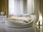 Кръгла спалня с тапицерия от бяла еко кожа