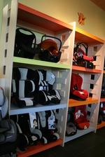 изработване на стелаж за детски столчета за кола по поръчка