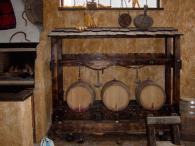 Декоративна маса от масив за вино